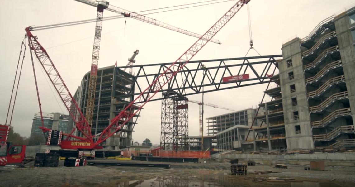 Sollevamento ponte sospeso tra le torri Icon e Landmark della nuova sede Eni di Milano